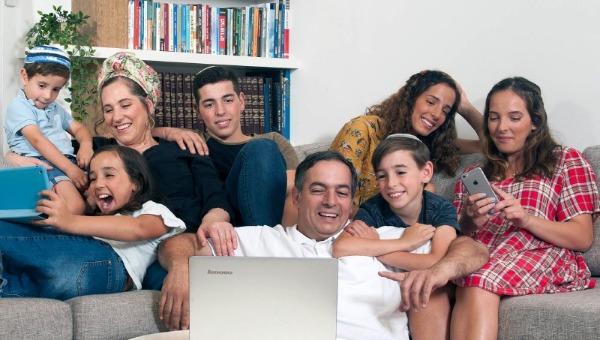 כל המשפחה גולשת אינטרנט רימון