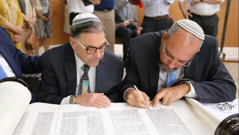 הרב ריסקין בכתיבת ספר התורה