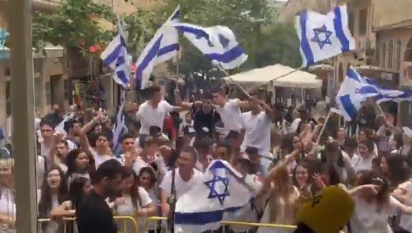 רוקדים בריקוד הדגלים