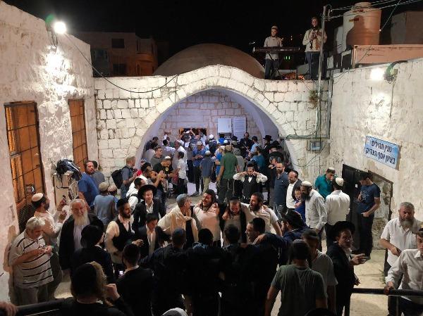 1200 מתפללים נכנסו הלילה לקבר יוסף