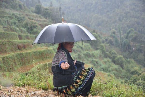 האישה עם המטריה