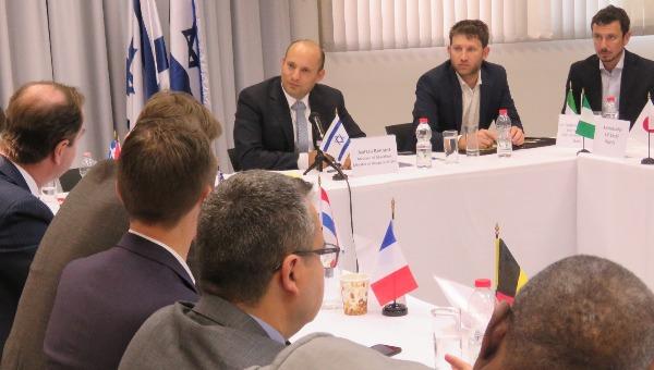 נפתלי בנט במפגש עם שגרירים