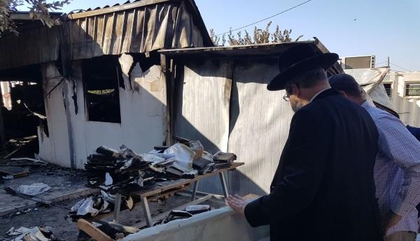 הרב לאו מסייר בבית הכנסת השרוף