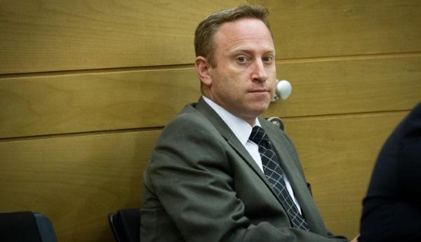 יעיד נגד הבוס לשעבר? הרו בבית המשפט