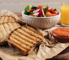 טוסט גבינת עיזים וממרח פלפלים שר -  צילום: גל זהבי