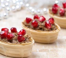 פטה כבד עוף ברוטב רימונים ותפוח בדבש  צילום: פינטרסט
