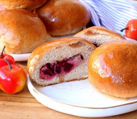 לחמניות דבש מקמח מלא במילוי גבינה תפוחים וסלק צילום: אריאל ברי בן חמו