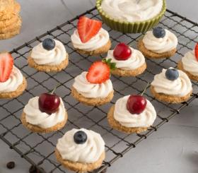 עוגיות cookies ופירות יער צילום: גלי איתן