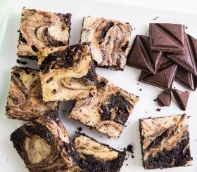 בראוניז משויש עם שוקולד וגבינת ריקוטה צילום: אסף אמברם