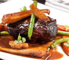 לחי בקר עם ירקות שורש צילום: יחצ
