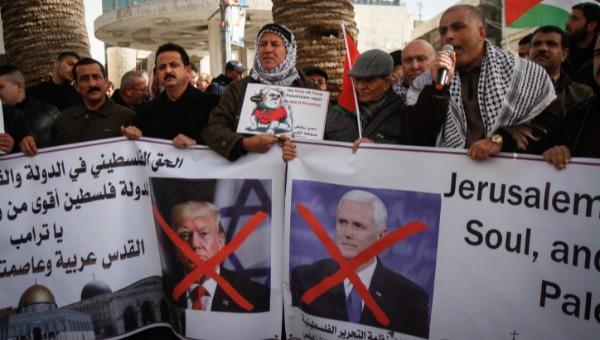 השתוו למספר היהודים? מפגינים פלסטינים נגד פנס וטראמפ