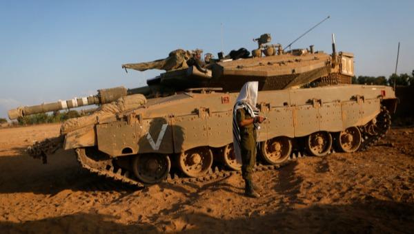 שילוב הנשים מרחיק דתיים? חייל דתי מתפלל ליד טנק