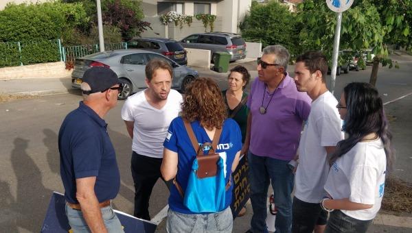 """ח""""כ פולקמן משוחח עם פעילי כחול לבן מחות לביתו"""