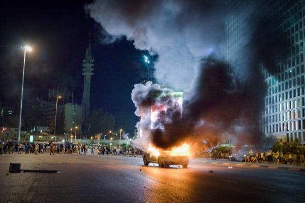 הפגנות אלימות. רכב שהוצת במחאה