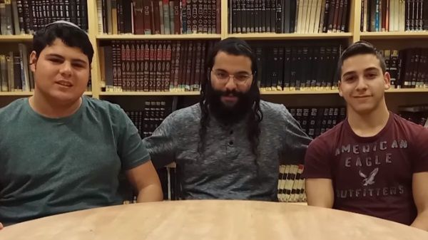 המדריך ושניים מתלמידי המחזור