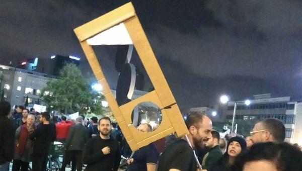 גיליוטינה או קוצץ סיגרים? ההפגנה בתל אביב