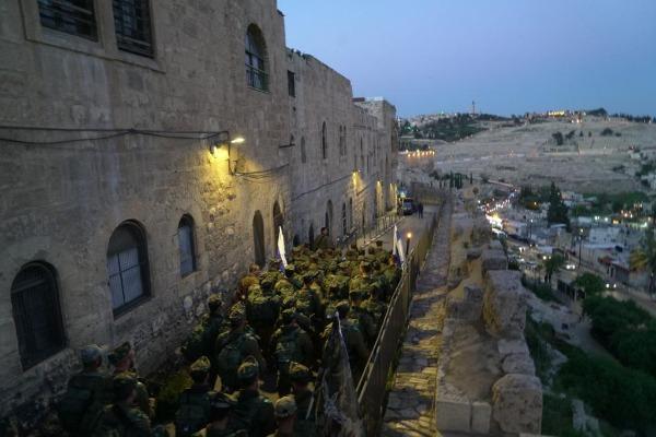 צועדים ברחובות ירושלים