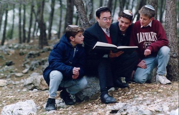 1992. מלמד תלמידים בשטח