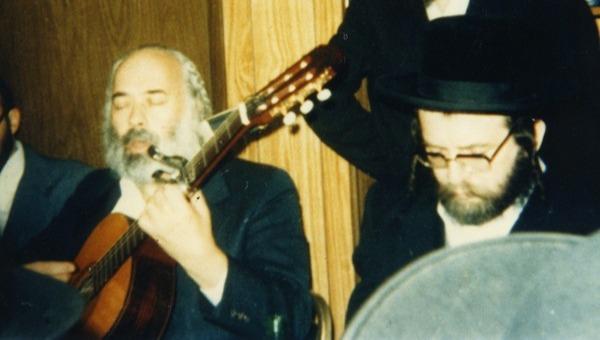 קרליבך מנגן בבית מדרשו של הרב אליעזר שלמה שיק