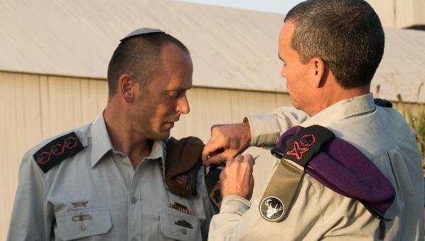 קלפר מקבל את תג היחידה ממפקד פיקוד הצפון