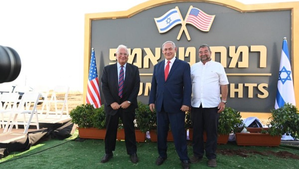 """נתניהו, שגריר ארה""""ב וראש מועצת הגולן בטקס הסרת השלט"""