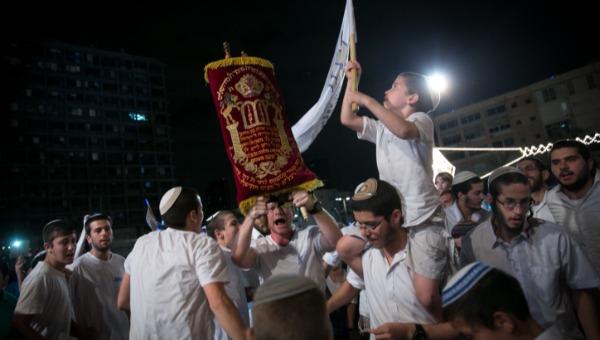 רוקדים עם ספרי תורה. למצולמים אין קשר לכתבה