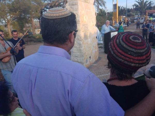 הוריו של אלחי ליד האנדרטה שהוקמה במקום הירצחו לזכרו