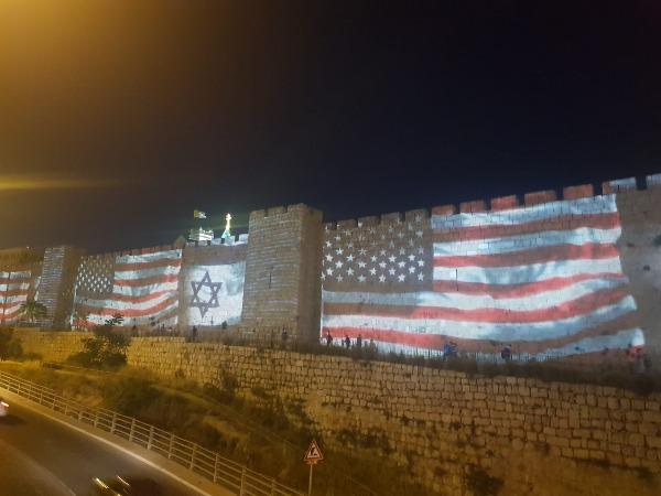 """דגלי ישראל וארה""""ב על חומות ירושלים"""
