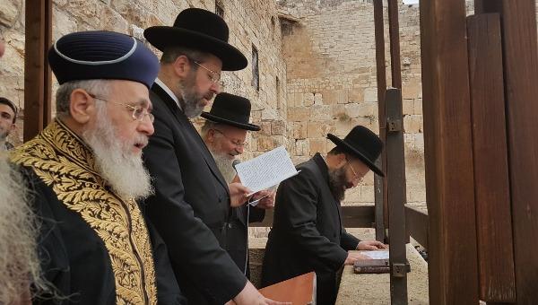 הרב לאו והרב יוסף מתפללים לגשם