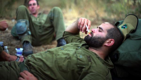 חייל מעשן. למצולם אין קשר לכתבה