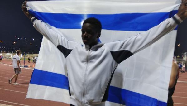 אבישי עם דגל ישראל לאחר הזכייה