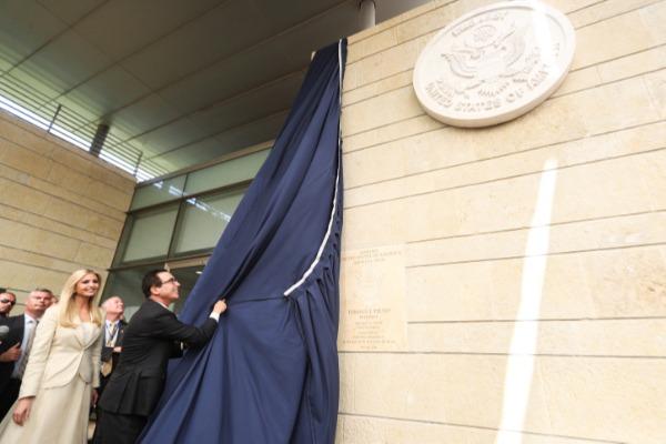 הסרת הלוט מעל סמל השגרירות החדשה