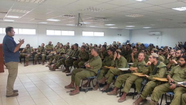 קרוב בהרצאה בפני חיילים