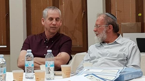 הרב אלי סדן ודני זמיר במעמד החתימה על האמנה