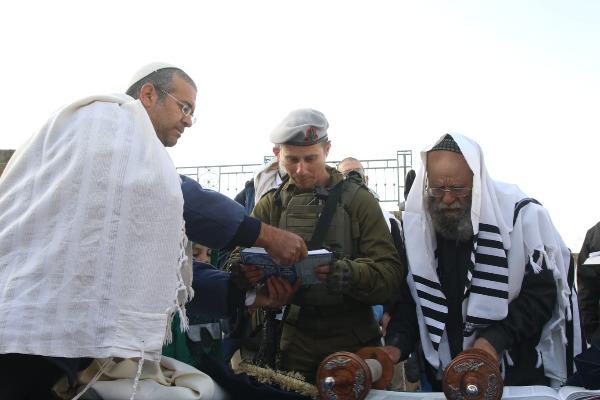 אזרחים וחיילים מתפללים