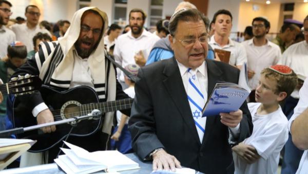 ארכיון: הרב ריסקין בבית כנסת באפרת