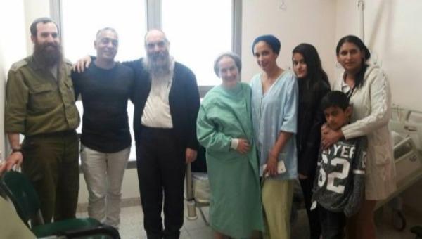 הרבנית שפירא עם בני משפחתה והנתרמת
