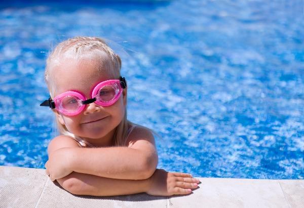 ילדה בבריכה