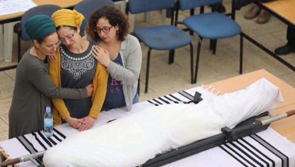 האלמנה מרים ליד גופתו של איתמר בן גל