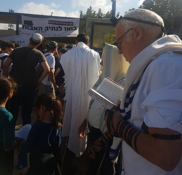 השר אריאל בתפילת שחרית בנתיב האבות