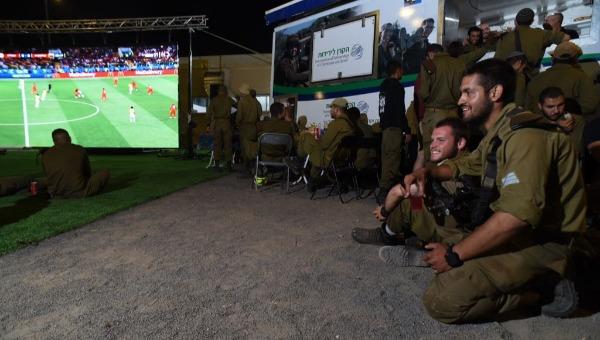 חיילי גולני צופים במונדיאל