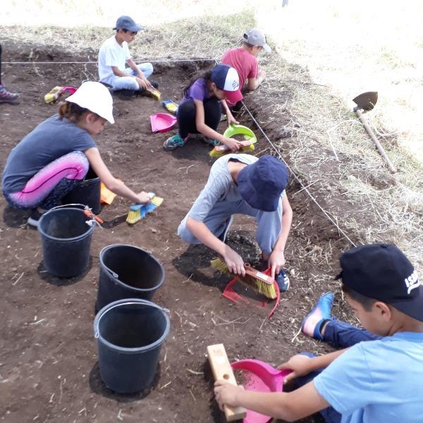 התלמידים בחפירות סמוך לכפר יעבץ