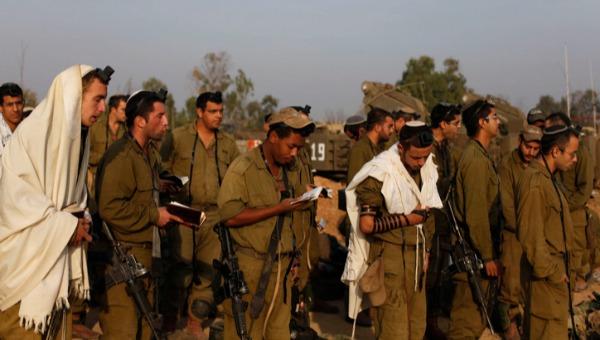 חיילים מתפללים. למצולמים אין קשר למאמר