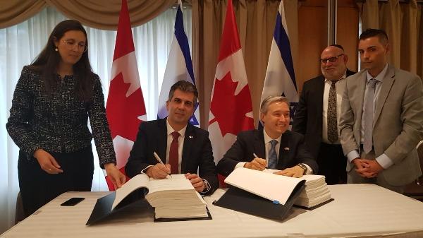 שר הכלכלה אלי כהן חותם על הסכם הסחר עם קנדה