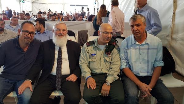"""יגאל להב (מימין). היו""""ר הבא של מועצת יש""""ע?"""
