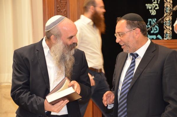 הרב בן ציון אלגאזי והרב יהושע שפירא