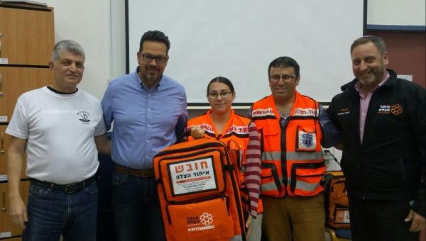 בועז קוקיא מעניק תיק החייאה למתנדבי איחוד הצלה