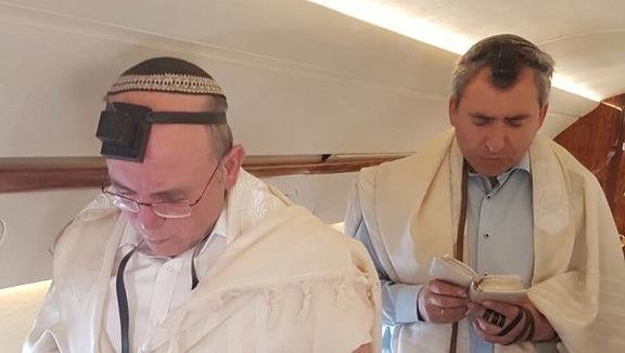 """השר אלקין מתפלל שחרית במטוס רה""""מ"""