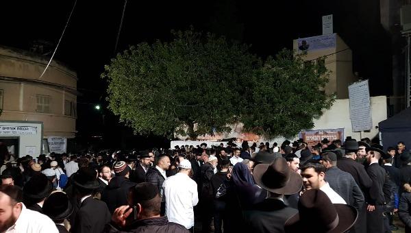 כניסת מתפללים לקבר יהושע בן נון