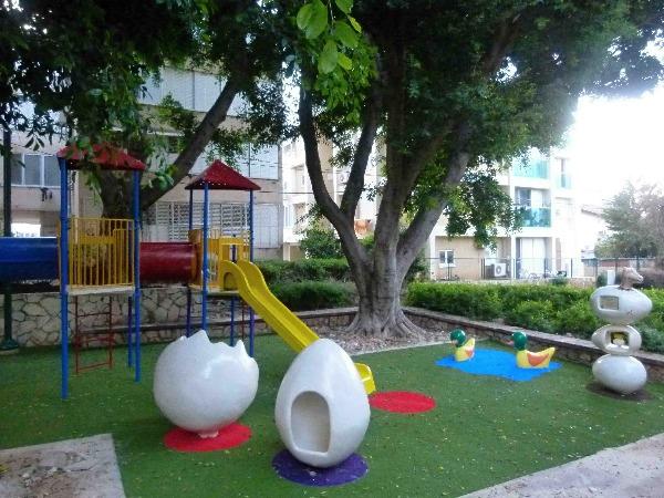 """גן משחקים שהוקם לזכרו של סמל דרור גרנות ז""""ל"""